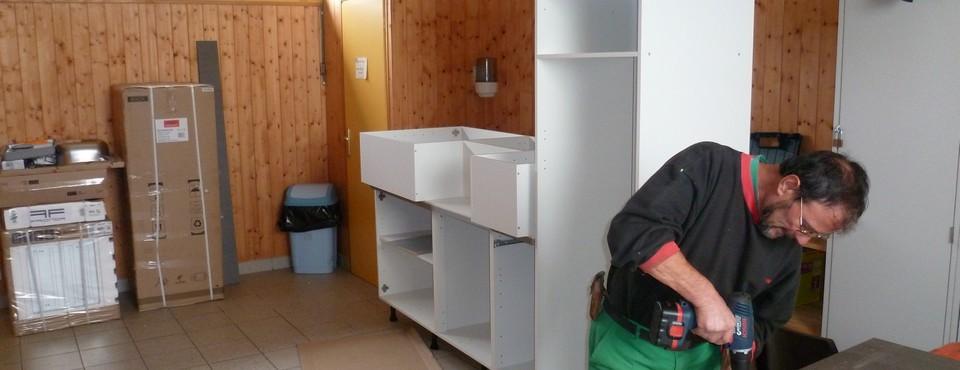 Montage de meubles dans une salle communale le 22 octobre 2010