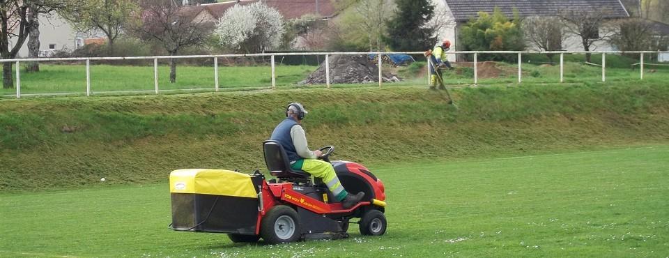 Tonte du terrain de football à Busy le 1er avril 2011